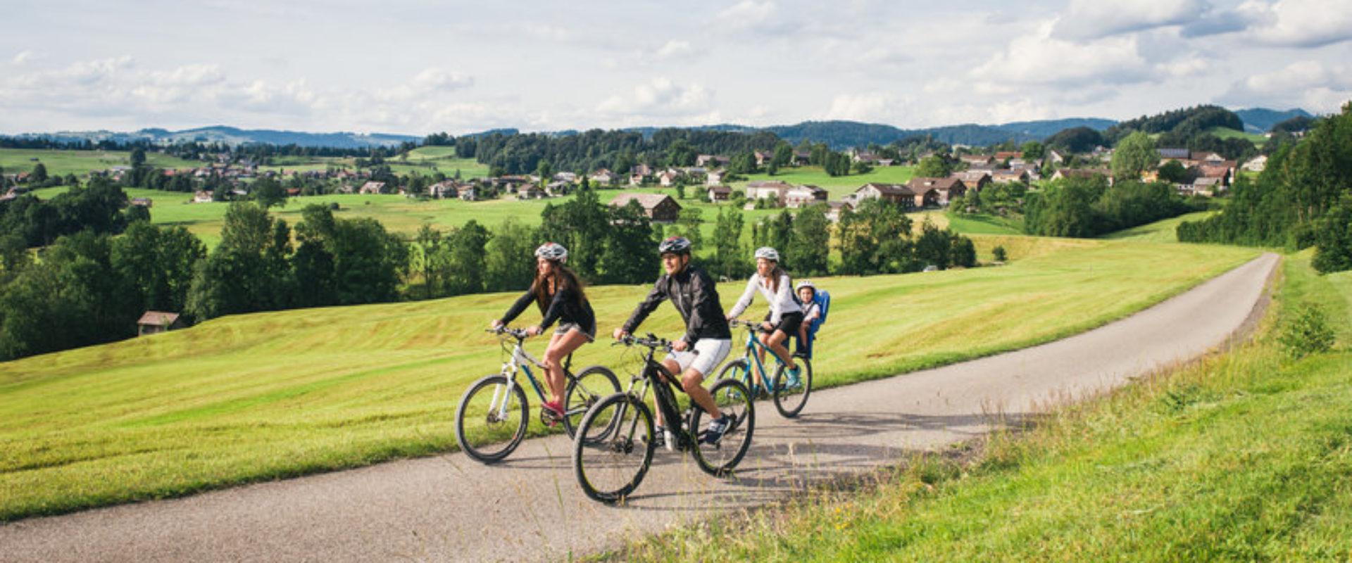 Radfahren Achtalweg (c) Benjamin Schlachter - Bregenzerwald Tourismus