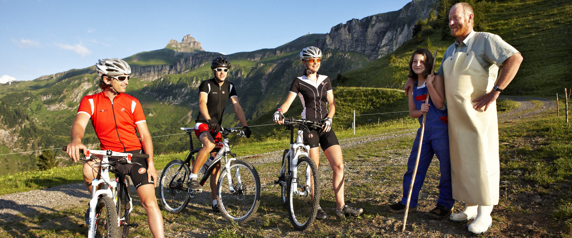 Mountainbiker und Senn © Adolf Bereuter / Bregenzerwald Tourismus