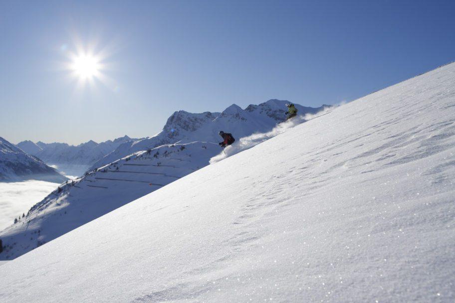Skifahren im Tiefschnee in Warth-Schröcken © Adolf Bereuter / Bregenzerwald Tourismus