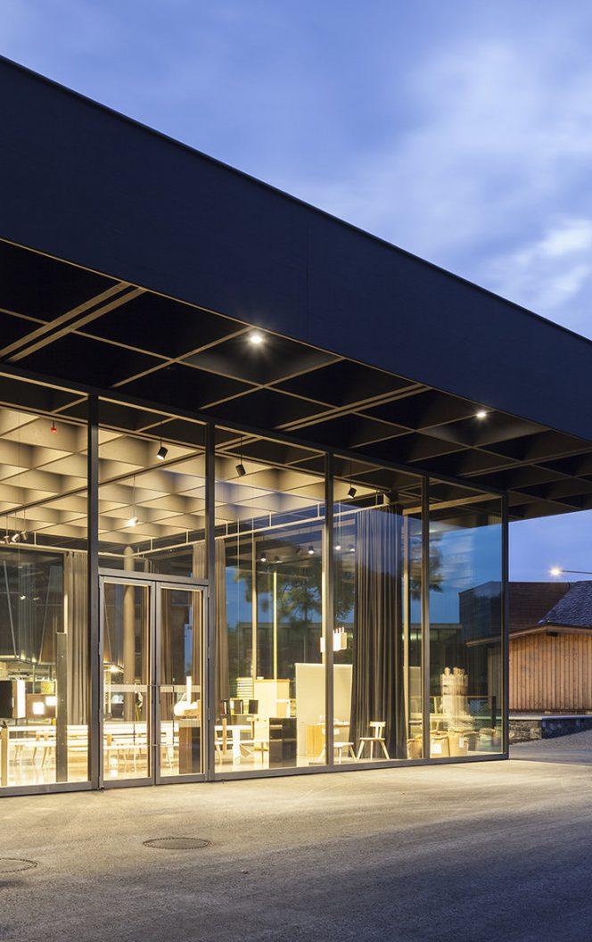 Werkraum Haus Ansicht mit Bahnhof © Florian Holzherr / Werkraum Bregenzerwald