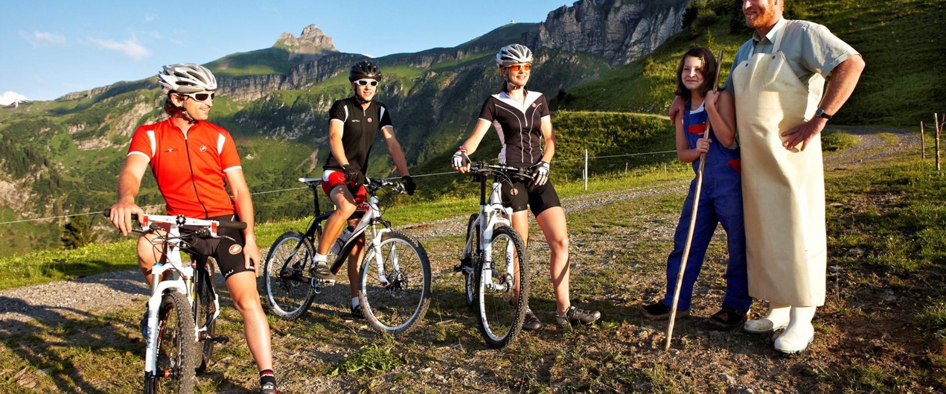 Mountainbiker und Senn © Adolf Bereuter_Bregenzerwald Tourismus