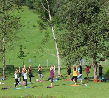 Sommer Yoga mit Claudia Jochum im Schwimmbad Schwarzenberg (c)Schwarzenberg Tourismus