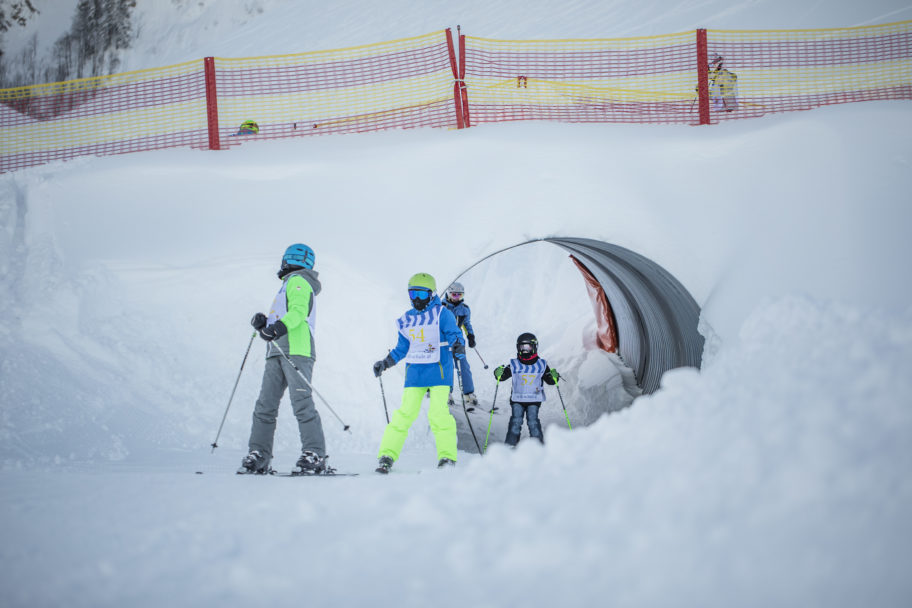 Kinder skifahren im Skigebiet Schetteregg © Emanuel Sutterlüty - Egger Liftgesellschaft (9)