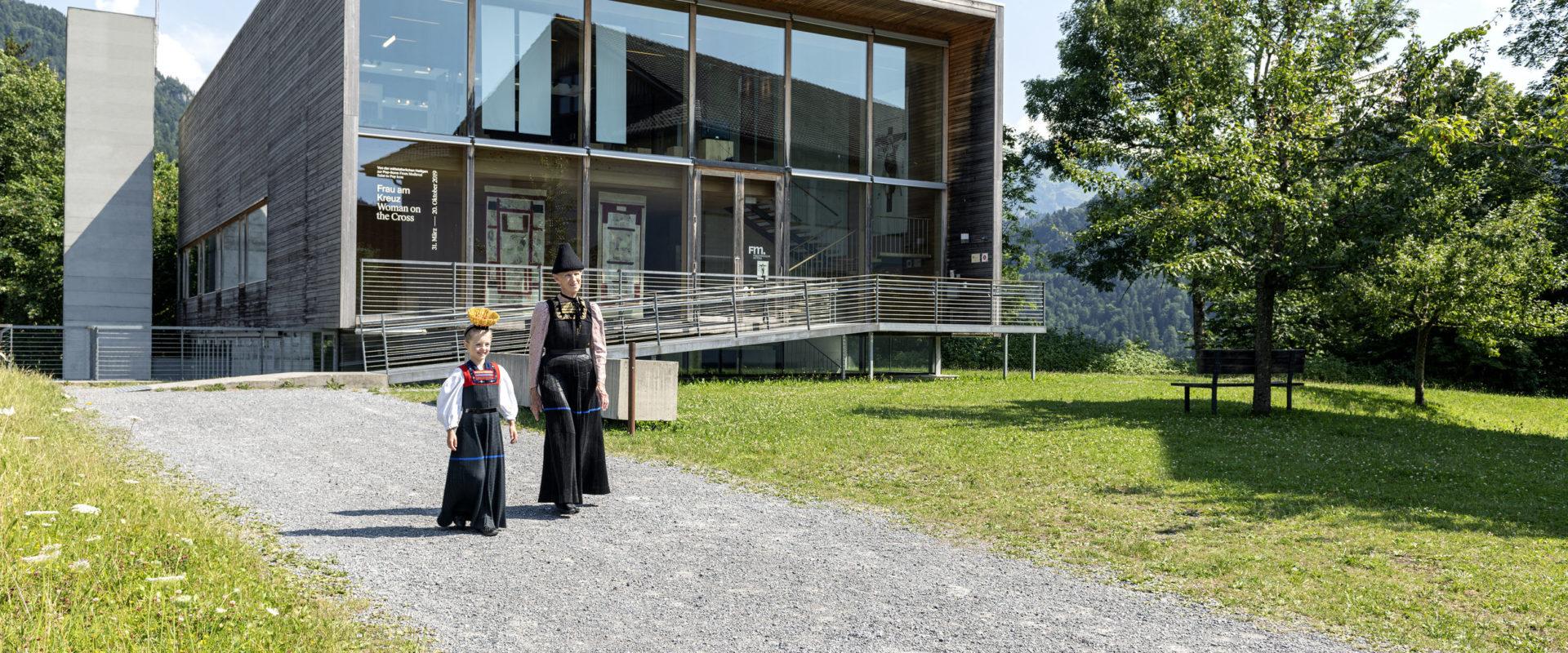 Großmutter und Enkelin in der Juppe - Bregenzerwälder Tracht - vor dem Frauenmuseum Hittisau © Johannes Fink undefined
