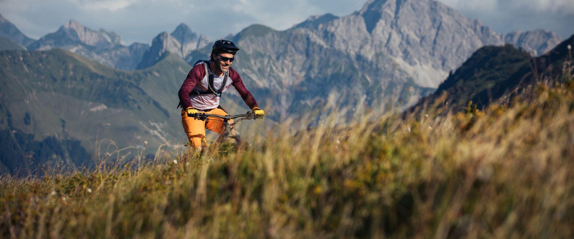 Mountainbiken in Damüls mit Blick auf den Zitterklapfen © Sebastian Stiphout / Bregenzerwald Tourismus